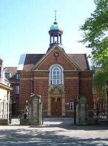 Main entrance of St Hugh's College, Oxford on St Margaret's Road (Photo by Stannered, Wikimedia Commons)