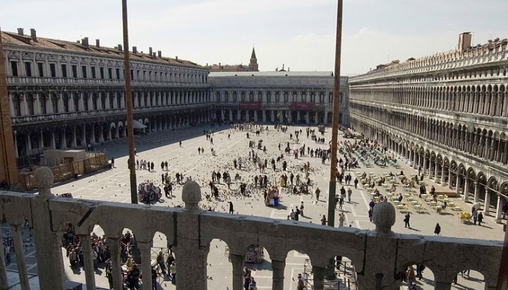 800px-Photograph_of_St_Mark's_Sq_from_the_Basilica