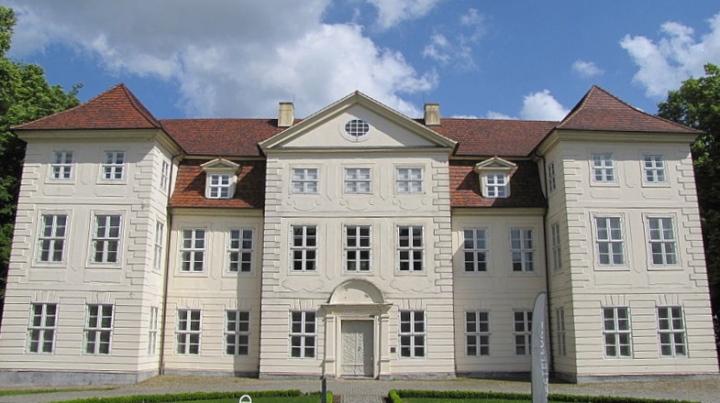 800px-Schloss_Mirow_5_2011