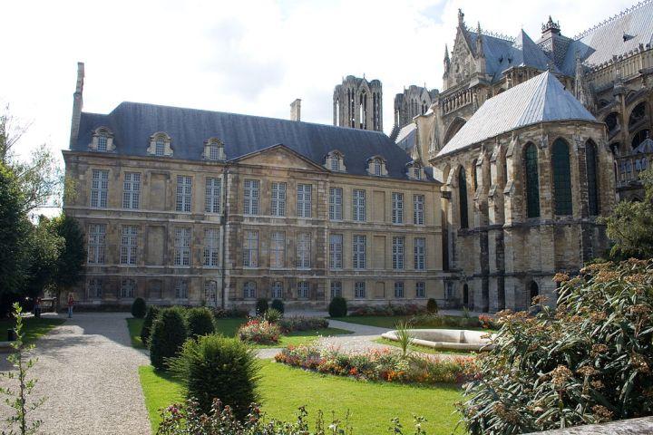 1024px-Palais_du_Tau_et_cathédrale