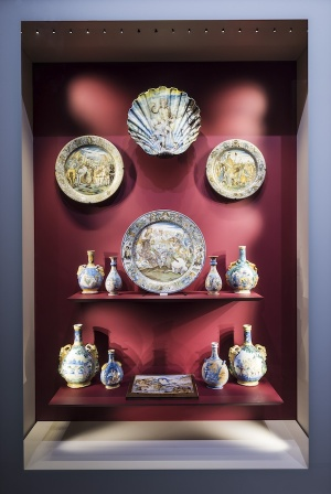 Faience dishes and pottery depicting scenes from history, in the tradition of Castelli Maiolica earthenware, Pavie and Nevers (France) 1650–1700 (Paris, Musée du Louvre / Olivier Ouadah).