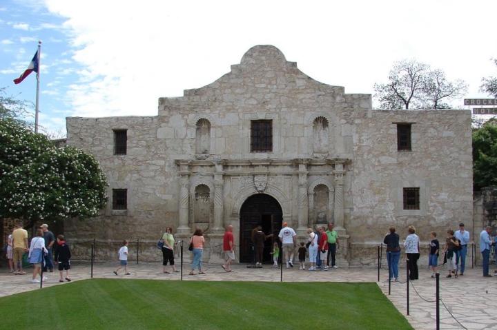 1024px-Alamo_Mission,_San_Antonio