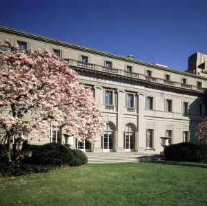 The Frick Collection's Fifth Avenue garden and facade, looking toward 70th St. (Photo: Galen Lee, The Frick Collection)