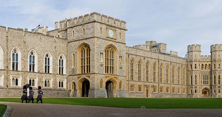800px-Windsor_Castle_Upper_Ward_Quadrangle_2_-_Nov_2006