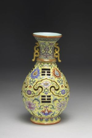 Vase with revolving core and eight-trigram design, ca. 1744. Jingdezhen, Jiangxi province, Qing dynasty, reign of Emperor Qianlong (1736–1795). Porcelain with golden glaze, multicolor decoration, and appliquéd sculpture. (Taipei: National Palace Museum)